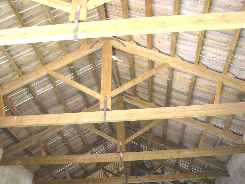 Arquitectura de casas casa doble moderna de techos curvos for Techos de madera para casas
