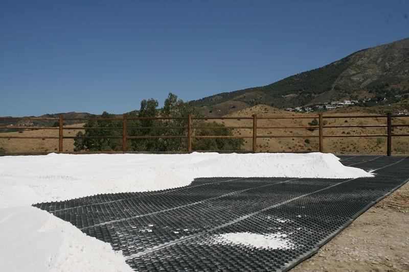 Instalación de suelo de rejilla en pista de doma