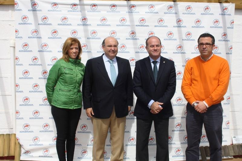 Director de Agrobroker junto con Alcalde y autoridades