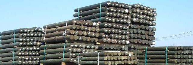 Postes torneados de madera tratada