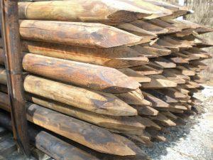 Postes de madera tratados con creosota
